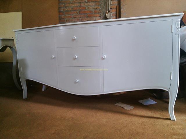 Produk ini terbuat dari kayu mahoni pilihan dan terdiri dari 3 laci dan 2 pintu guna untuk menyimpan alat-alat kebutuhan rumah anda.