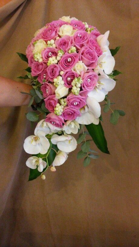 Nyújtott orchideás menyasszonyi csokor pink rózsával