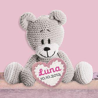 Lief klein beertje, wat ben je mooi! Dit roze geboortekaartje is voorzien van een gehaakte beer met een hartje.