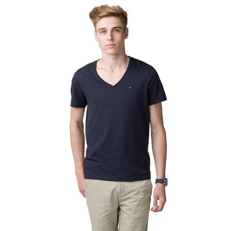 Das legere T-Shirt mit V-Ausschnitt lässt sich besonders gut zu Jeans im Used-Look stylen. Ein tolles Basic aus weichem Single-Jersey, das solo überzeugt, aber auch stylisch mit anderen Oberteilen kombiniert werden kann. Im Regular Fit. Mit Neck-Tape in Hilfiger-Farben und Tommy Hilfiger Flag-Label auf der Brust. Das abgebildete Modell ist 1,86 m groß und trägt Konfektionsgröße M. Die angegebene Größe stimmt mit der tatsächlichen Größe überein.