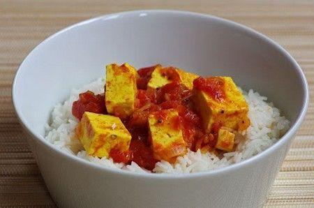 Tofu alla pizzaiola - durante la cottura in padella cospargere i cubetti di tofu con pomodoro, origano e peperoncino o curry. Servire con riso