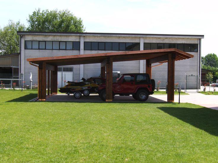 Carport modello Plus, dimensioni cm 900 x 700, adatto per sei auto. Struttura sorretta da sei colonne, soffitto in legno perlinato, canali di gronda in rame, copertura in guaina catramata ardesiata.