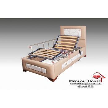 Platin Ev Tipi Özel Oda Hasta Karyolası (2 Motorlu - Kumandalı) Yatak platformu lata olarak bilinen 150 kg. taşıma kapasiteli esnek ve sağlam yapıdaki ahşap  sütunlar ile üzerine koyulacak hasta yatağının hava geçirgenliği ön planda tutulmuştur.  Platin 2 motorlu elektrikli hasta karyolası kumanda yardımı ile sırt ve ayak kısmı hareketlerini kolayca gerçekleştirmenize olanak sağlar. http://evtipihastakaryolasi.com/ev-tipi-hasta-karyolasi/platin-ev-tipi-hasta-karyolasi-144