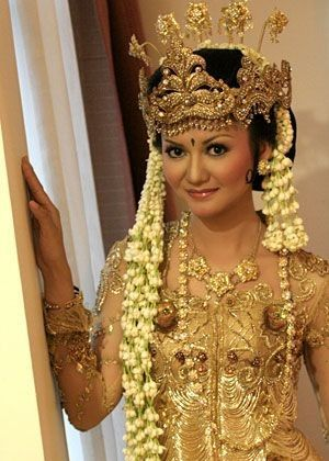 Traditional Sundanese wedding dress.