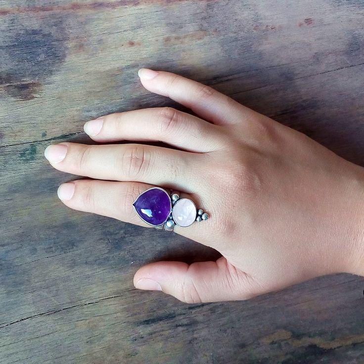 Anel feito a mão com Gemas de Pedra Ametista e Quartzo Rosa 100% natural e Prata 950. Confeccionado de maneira artesanal em nosso ateliê.  VEJA MAIS NO SITE!      feito a mão, joia artesanal, prata 950, prata 925, joia de autor, joalheria autoral, joalheria artesanal,  prata, aneis de prata, pedra natural, insta joias, artesanal, design de joias, insta jewelry, handmade jewelry,   silver jewelry, insta jewelry, jewelry, artisan jewelry, sterling silver