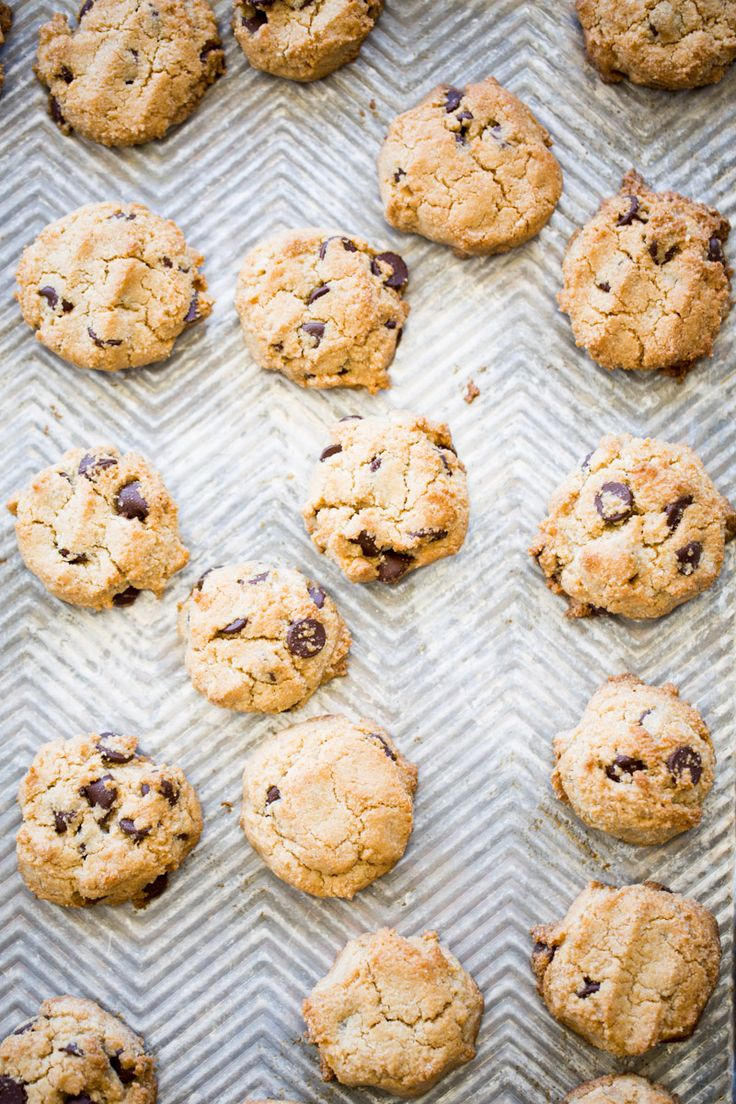 This recipe for almond flour chocolate chip cookies is delicious, vegan, gluten-free, very easy to prepare and kids approved. Sweet Recipes, Snack Recipes, Dessert Recipes, Chocolate Chip Cookies, Delicious Vegan Recipes, Vegan Dishes, Vegan Food, Gluten Free Baking, Healthy Desserts