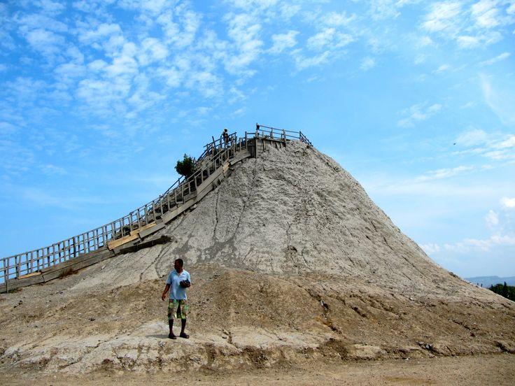 Colombia - El volcán del Totumo es un cono volcánico lleno de lodo, que se encuentra ubicado en la zona rural del municipio de Santa Catalina (Bolívar).