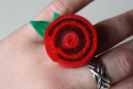 felt jewelry (este anel a flor dá para colocar em um diadema, uma fivela)