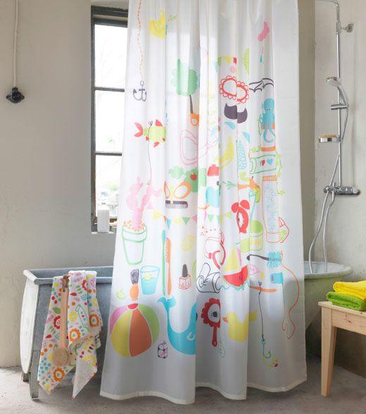 Badewanne mit BADBÄCK Duschvorhang bunt in einem hellen Badezimmer