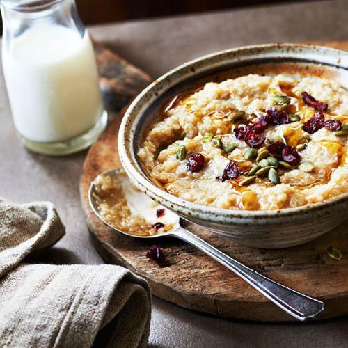 Gruau au quinoa avec sirop d'érable au gingembre et garniture à la citrouille et aux canneberges
