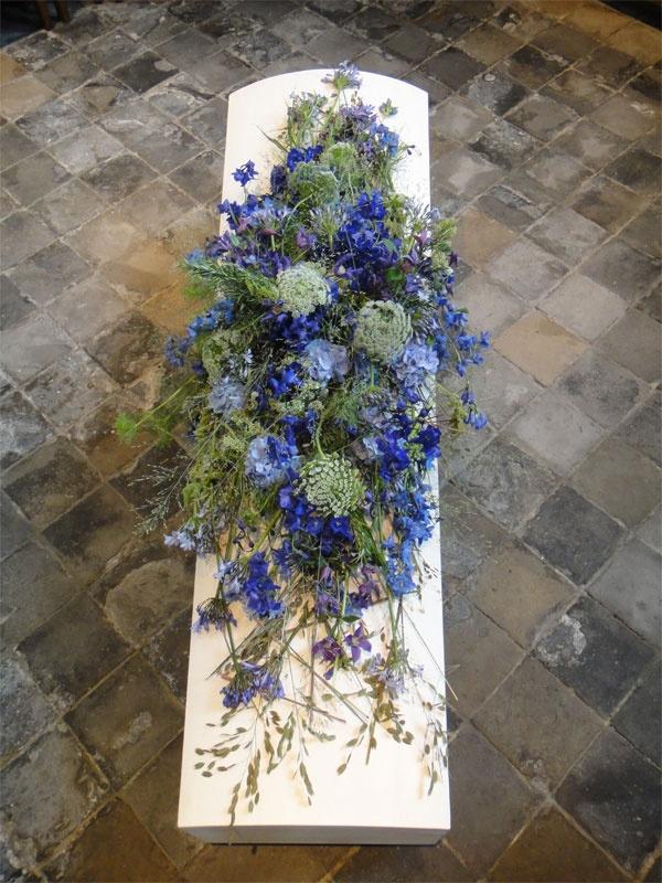 Licht blauw met verschillende soorten bloemen.