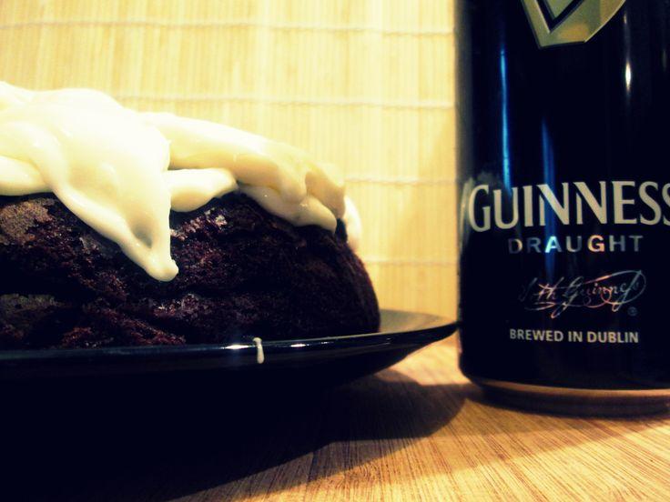 """Guinness Cake Vi ricordate la beer cake che aveva preparato Francesca per il compleanno del suo fidanzato, non che mio fratello?! Questa torta è nata, sempre, per la stessa persona che adora la birra ma """"detesta"""" i dolci. Ed ecco che improvvisamente mi ritrovo a sentirmi dire """"Tu devi rifare la Guinness Cake""""….Accontentato! http://blog.giallozafferano.it/cookingtime/guinness-cake/"""