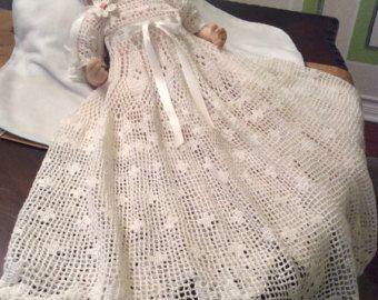 Un bautizo vestido y gorro bebé patrón de ganchillo para el fabricante de ganchillo graves. Este patrón llevará un buen 2-3 semanas al completo trabajando en él todos los días. Este es un patrón muy bonito que una vez finalizada la voluntad de ser una herencia segura. Este vestido ajusta al bebé 3-12 meses de edad. El vestido mide 31 pulgadas de largo y la cintura nos de 24 pulgadas, que puede ajustarse por la cinta. El modelo también incluye un capó. Al terminar el vestido, te recomiendo…