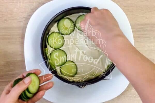 Schicht für Schicht wächst die Salattorte
