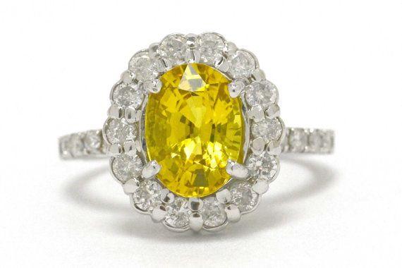 La bague de fiançailles de succession de Santa Ynez. Le canari siège saphir rayonnant avec le jaune intense d'un soleil rougeoyant, perché dans un montage élégant, circulaire griffe incrustée de diamants. Pourquoi se contenter d'une bague en diamant emporte-pièce ennuyeux, comme tout le monde quand vous pouvez posséder une belle rareté avec un style durable s'adapter à la royauté. Une acquisition immobilière récente d'une collection de pierres précieuses local bien en vue.  Condition : Très…