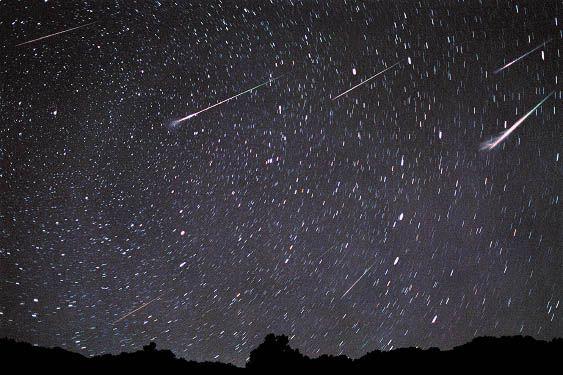 """Um dos mais surpreendentes fenômenos naturais do universo, as chuvas de meteoros são fenômenos incríveis que ocorrem eventualmente no mundo inteiro. Ao contrário de outros eventos astronômicos, a chegada dos meteoros pode ser observada com alguma frequência e, sobretudo, tem a vantagem de não precisar de nenhum equipamento especial para ser contemplada. Até o fim...<br /><a class=""""more-link""""…"""