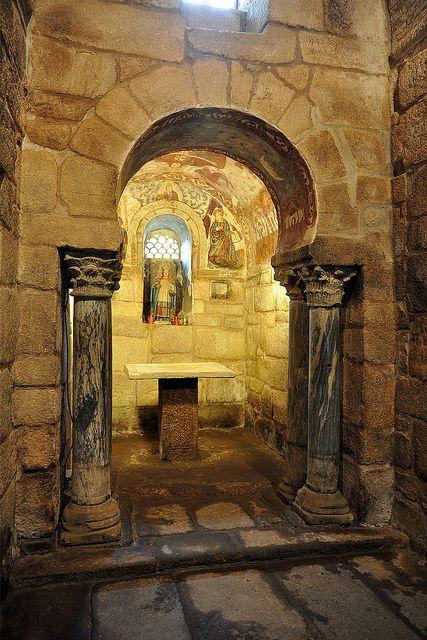 Santa Comba de Bande. La capilla absidal es de pequeño tamaño, con arco de triunfo de herradura y columnas romanas aprovechadas. Son columnas pareadas que tienen una decoración de sogueado, un tipo de decoración que después se retoma en el arte asturiano.
