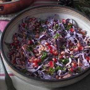 Krämig rödkålsslaw med pepparrot och granatäpple
