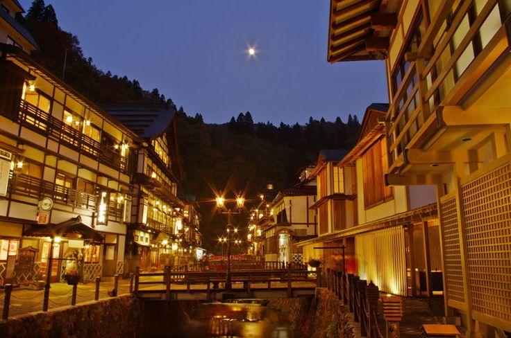 日本人が大好きな温泉。全国には色々な温泉があり、お湯の性質が違います。旅の雰囲気を味わうならやはり全国の有名温泉地ですね!露天風呂と絶景と美味しいものがあれば、疲れも吹っ飛びます。今回は全国の人気温泉&温泉宿を30ヶ所ピックアップしてみました。          1.道後温泉 (愛媛県)...