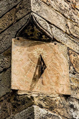 Reloj de sol , en el Castillo de Aberdour . . .   // Time Passing at Aberdour Castle . . .