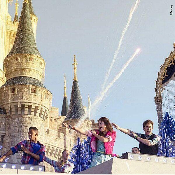 Feliz navidad les desea #SoyLuna ¿Que te pareció esta celebración desde los parques Disney? @karolsevillaofc @ruggeropasquarelli