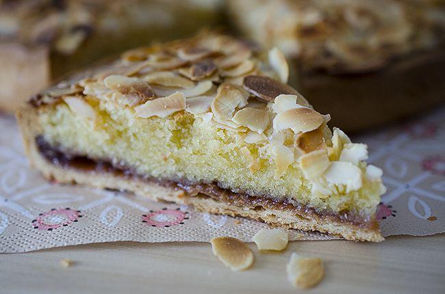 Paso a paso de tarta de almendra con mermelada. También conocida como Tarta bakewell. Receta facil y totalmente deliciosa.