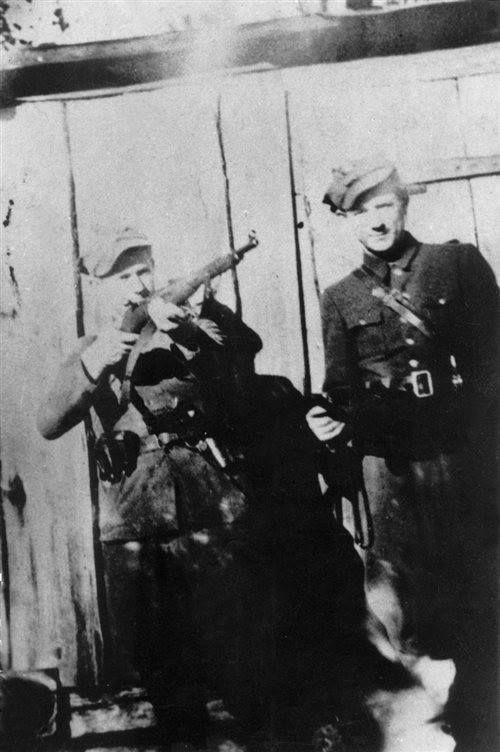 """Żołnierze 3 Brygady Wileńskiej NZW kpt. Romualda Rajsa """"Burego"""". Z lewej: Piotr Grabowski """"Bajan"""" (młodszy brat Lucjana Grabowskiego """"Lota"""", dowódcy batalionu NZW w powiecie łomżyńskim). Aresztowany 28 czerwca 1946, w trybie doraźnym skazany na karę śmierci. Zamordowany 31 sierpnia 1946 w więzieniu w Białymstoku; obok niego NN """"Tęcza""""."""