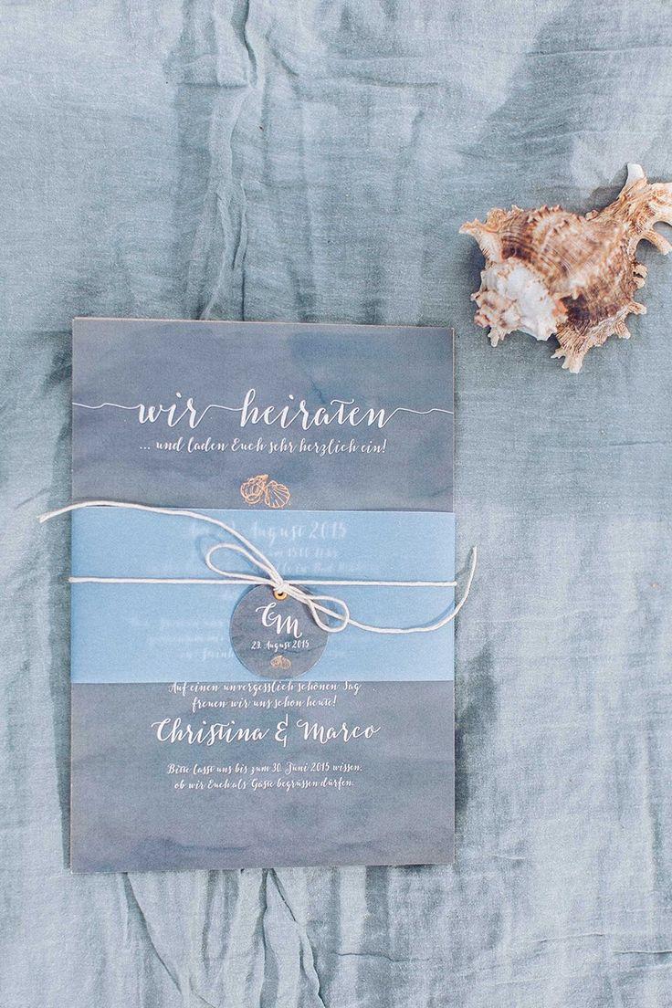 Maritime Hochzeitsinspiration mit blauer Hochzeitspapeterie  Fotos: Anja Schneemann Papeterie: kleine Karte Blumen: Milles Fleurs