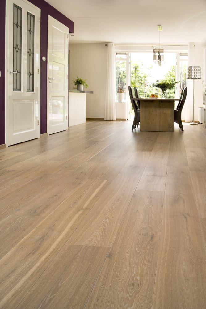 Eiken – Frans – Deze prachtige Frans Eiken vloer is afgewerkt met een midden tint CHATEAU finish en geeft een mooie warme grijze uitstraling. Ook hier is een ruimtelijke werking gecreëerd door gebruik te maken van zeer brede vloerdelen.