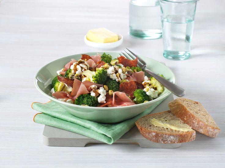 Cottage Cheese-salat med spekeskinke, brokkoli og pistasjnøtter