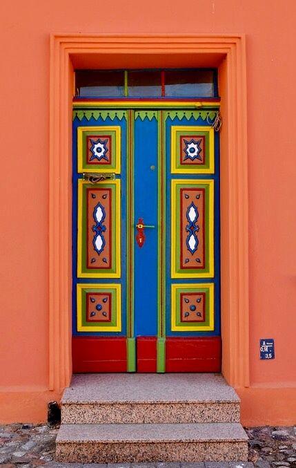 Porta colorida com cores vibrantes localizada em Barth, estado de Mecklemburgo-Pomerânia Ocidental, Alemanha.