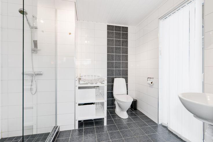 stiligt badrum med fönsterparti och utgång till altan