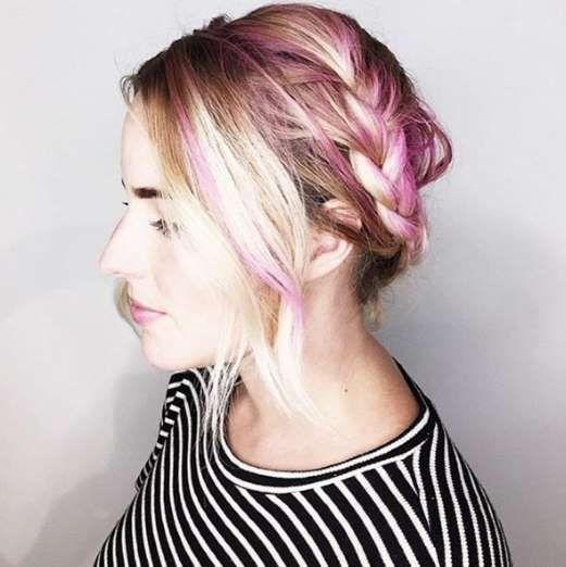 Si no te atreves con el rosa para tu pelo haz mechas finas y recógelas en una trenza. - Foto: Instagram | @joico