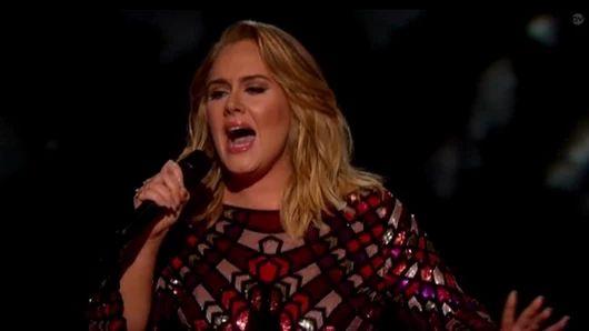 Kráľovnou 59.ročníka hudobných cien Grammy je britská speváčka Adele, na trofeje premenila všetkých päť nominácií. O jednu sošku menej získal za svoj album Blackstar zosnulý umelec David Bowie.