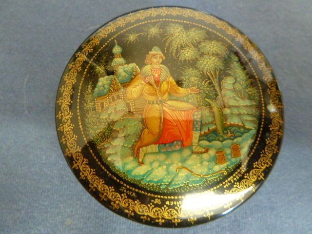 Vintage Russian Papier Mache Lacquered Small Lidded Box. Signed 17+4