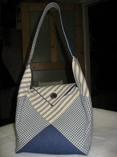 In Swedish, but the pictures are clear enough to get the idea of how this cute purse is made! This bag could be made in any size and with any fabric! Great for a layer cake or fat quarters! The possibilities are endless with thousands of fabrics to choose from at the Fabric Shack at http://www.fabricshack.com/cgi-bin/Store/store.cgi Repined: Patchwork purse tutorial (swedish)