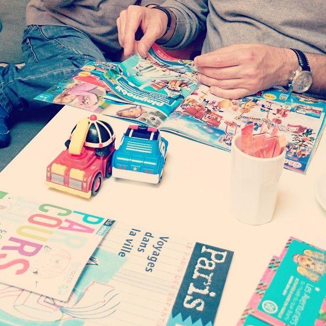 Repérage et sélection dans les catalogues de jouets pour Noël. #noel #jouets #enfants #playmobil #lectureserieuse #reuniondaffaires #pereetfils #nepasderanger