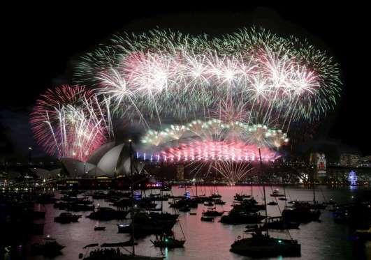 Fuegos artificiales en la Ópera de Sídney para celebrar el Año Nuevo. - jason reed