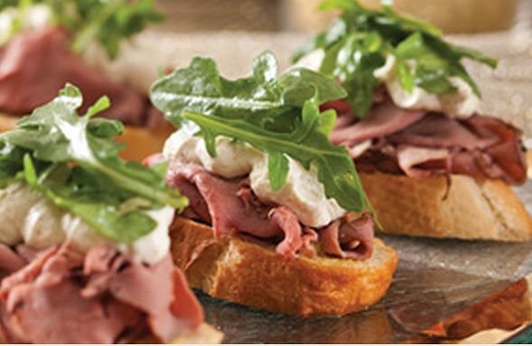 Roast beef crostini with horseradish cream appetizers for Beef horseradish canape