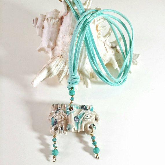 Collana maschera in ceramica turchese-panna di CreazionInArte