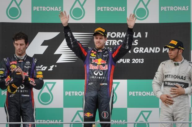 GP da Malásia é marcado por disputas internas nas equipes e falha de Hamilton | O alemão Sebastian Vettel (Red Bull) venceu o Grande Prêmio da Malásia, disputado na manhã deste domingo. Na primeira dobradinha da equipe austríaca na temporada, o australiano Mark Webber terminou em segundo. Já Felipe Massa (Ferrari), único representante do Brasil na Fórmula 1, ficou na quinta posição. http://mmanchete.blogspot.com.br/2013/03/gp-da-malasia-e-marcado-por-disputas.html#.UVDVJBw3uHg