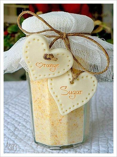 sucre à l'orange 150 g de sucre blanc en poudre 50 g de zestes d'orange confite secs mixés Mettre dans 1 bocal à l'abri de la lumière