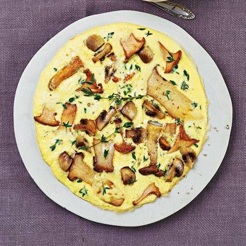 Frittata ist die italienische Variante der spanischen Tortilla - und mit gemischten Pilzen wird das Gericht zu unserem Herbst-Liebling. Schnittlauch-Quark dazu sorgt für eine frische Note.