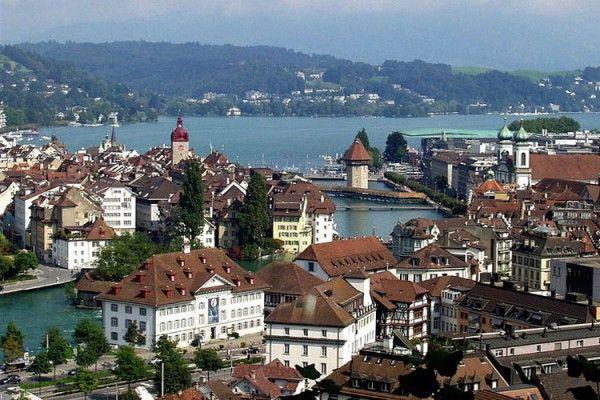 Suíça - Lucerna - a cidade da cultura onde tem muitos prédio histórico e a localização privilegiadas as margem do Rio de Lucerna com ruas estreitas  enfeitadas com flores e os deliciosos chocolates. Hum...