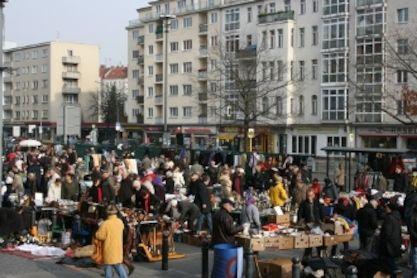 SAT and SUN market John-F. -Kennedy-Platz 1 10825 Berlin  Saturday and Sunday 9 a.m. - 4 p.m. Underground: Rathaus Schöneberg