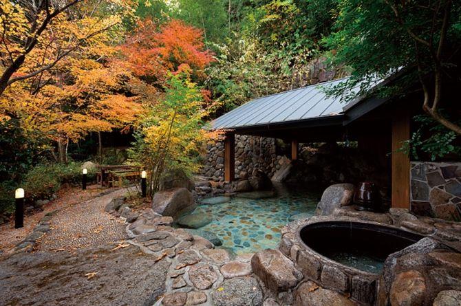 滝や渓流の水音は心地良くて、聞いているだけでなんだか癒されますよね。今回は、そんな水音を感じながら楽しめる九州の露天風呂を5つご紹介します。温泉に浸かりながら自然が奏でる音を聞いていると、日常から開放されて心も体もリフレッシュ!まるで大自然の一部になったような感覚になるかも知れません。これから気温が高くなる季節にも、涼しげな水音を楽しむ温泉はおすすめです。GWや初夏のお出かけに、ぜひ涼露天へ足を運んでみてはいかがでしょうか。