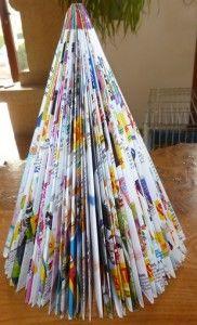 Sapin de noel en papier avec un catalogue de jouet.