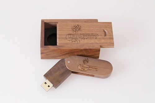 Flash disk, který jen tak někdo nemá. Flash disk, který vám budou závidět. Takový je USB flash disk v exkluzivním dřevěném provedení.