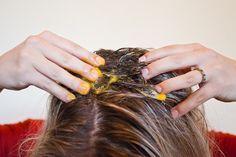 Etkili ve besleyici doğal bir saç bakım maskesi arayanlar için ilk önerimiz zeytinyağı ve yumurta ile saç bakımı konusunu bir denemeleridir.