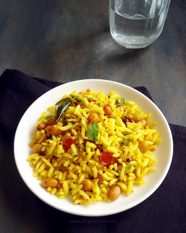 puffed rice upma / pori upma recipe - an easy and quick South Indian breakfast or snack recipe using puffed rice seasoned with spices.